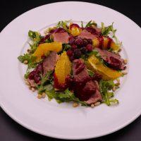 salat-s-utinoj-grudkoj-pod-klyukvennym-sousom-570x318